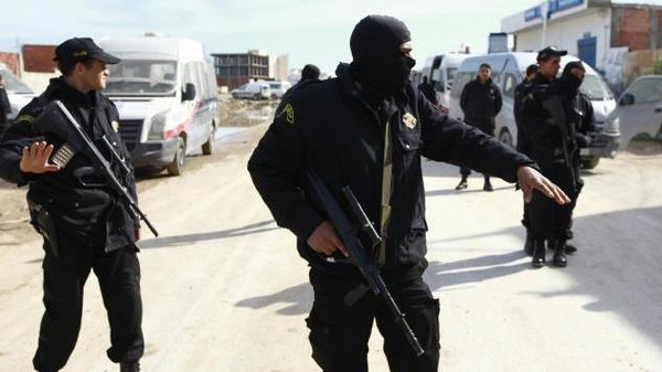 Tunisian police stand guard near a house in Raoued, a northern suburb of the capital Tunis, February 4, 2014. A Tunisian policeman and two Islamist militants were killed during a police raid on the house where weapons, explosives and suicide bomb belts were found, the Interior Ministry said on Tuesday. A gunbattle erupted late on Monday when police surrounded the house in Raoued in an attempt to arrest a group of suspected militants hiding there. REUTERS/Anis Mili (TUNISIA - Tags: CIVIL UNREST)