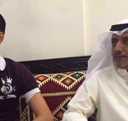 فرقهما الغزو العراقي.. شاهد بالفيديو كيف التقى أب بإبنه لأول مرة بعد 26 عامًا