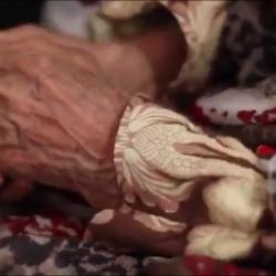 """مسنة في دار الرعاية تشكي الحال من أهلها وتقول """"مع قابوس غالية"""""""