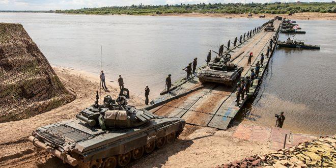 عسكريون رووس يقيمون جسرا عائم لنقل القوات السورية الى الضفة الشرقية من الفرات