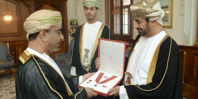 جلالة السلطان ينعم بوسامين لرئيس الإتحاد العماني لكرة القدم ومدرب المنتخب الوطني