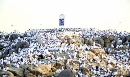 حجاج بيت الله الحرام يقفون على صعيد عرفات لأداء الركن الأعظم من الحج