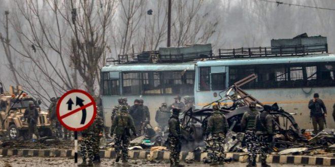 سيارة مفخخة تستهدف الجيش الهندي في كشمير و تخلف أكثر من 40 قتيل