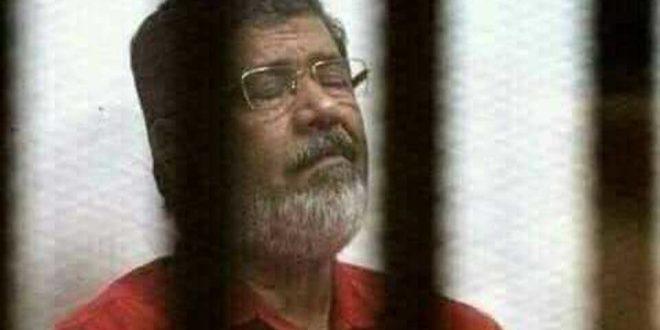 نجل مرسي : تم دفن والدي في القاهرة و بحضور أسرته و محاميه